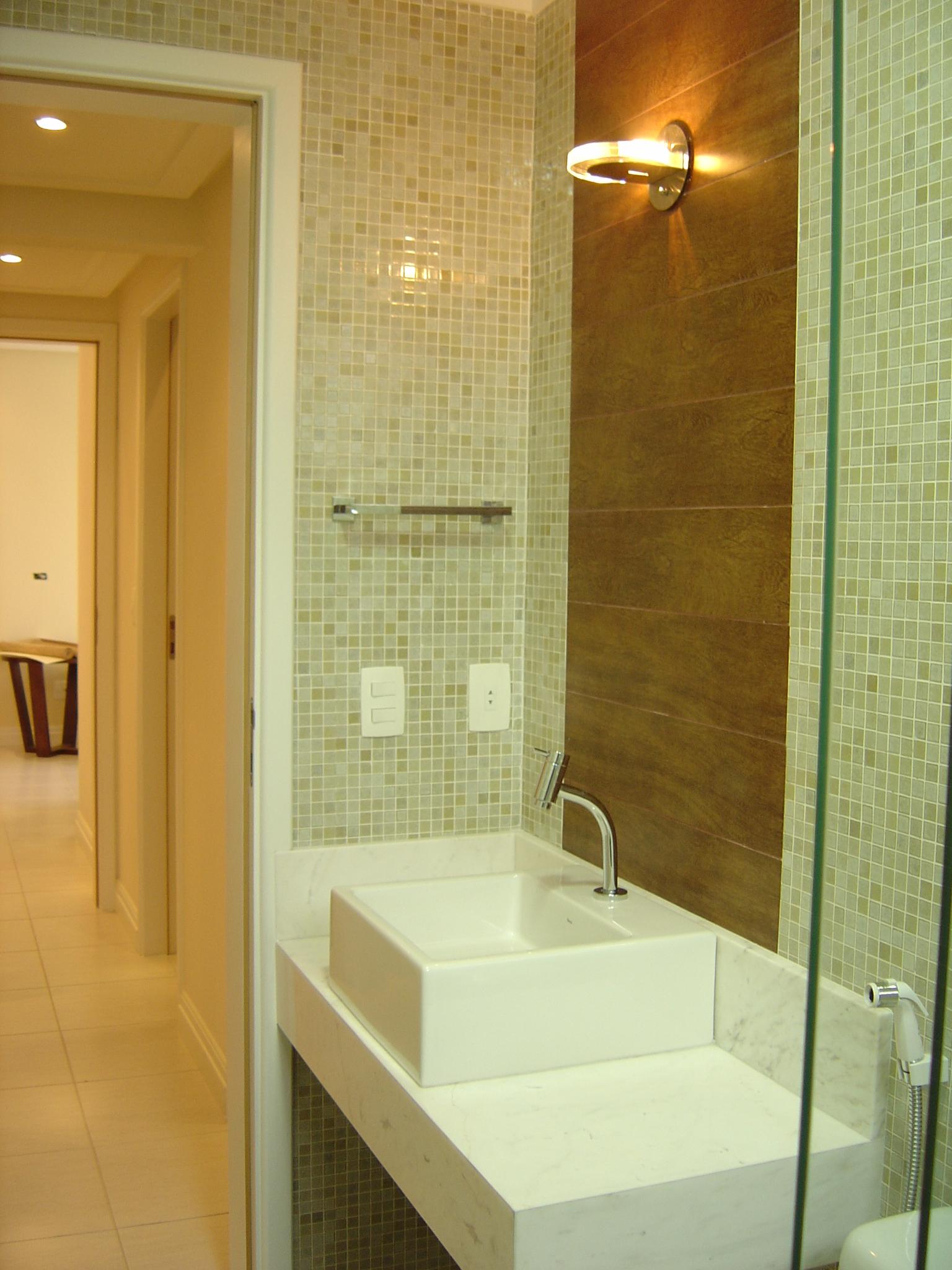 /2011 com 1536 × 2048 em Solução de banheiro residencial em Santos #6E4B16 1536x2048 Arquitetura Banheiro Pequeno